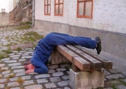 pijan zaspao na klupi