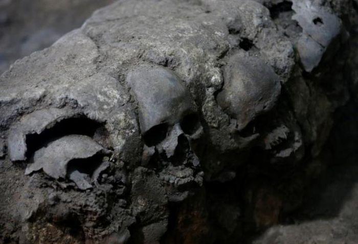 pyramid_of_skulls_02