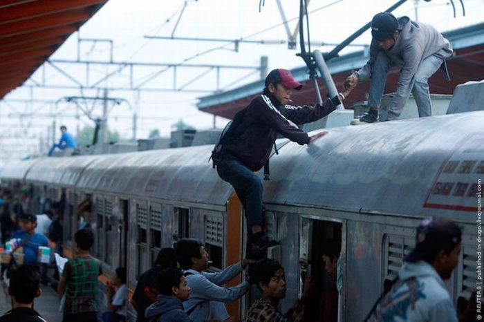 crowded_trains_in_jakarta_01