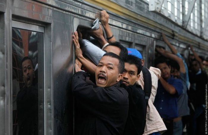 crowded_trains_in_jakarta_02