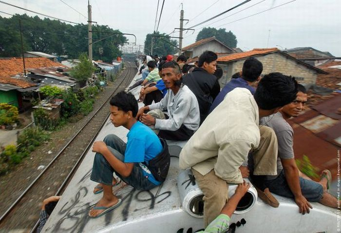 crowded_trains_in_jakarta_03
