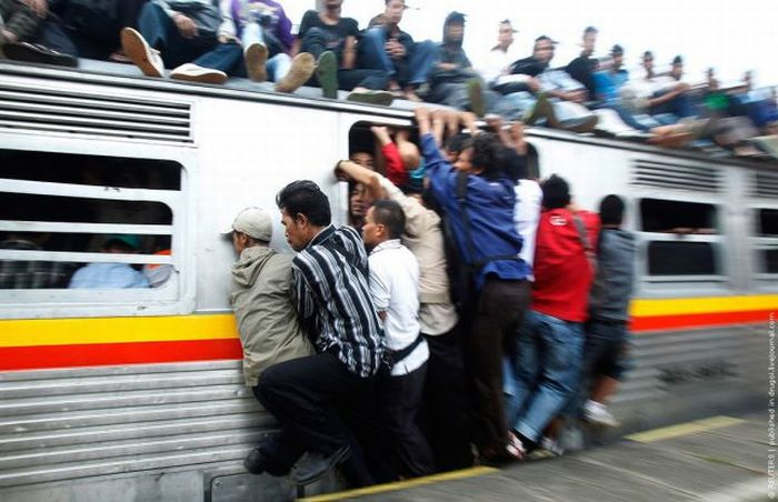 crowded_trains_in_jakarta_04