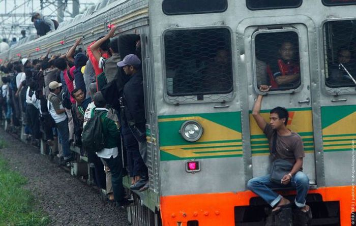 crowded_trains_in_jakarta_06