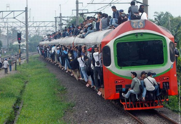 crowded_trains_in_jakarta_07