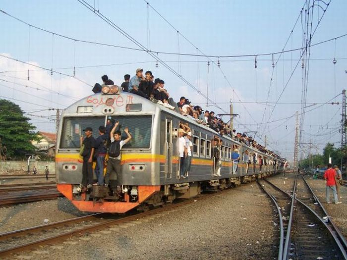 crowded_trains_in_jakarta_09