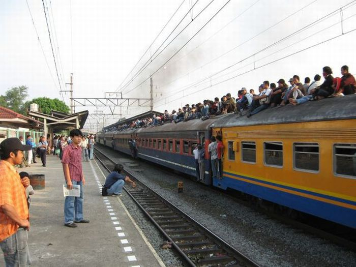 crowded_trains_in_jakarta_11