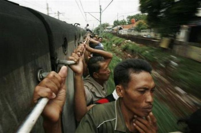 crowded_trains_in_jakarta_13