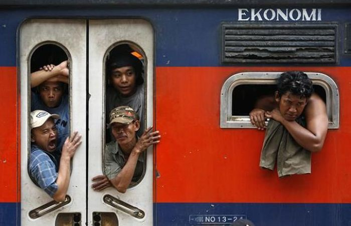 crowded_trains_in_jakarta_14
