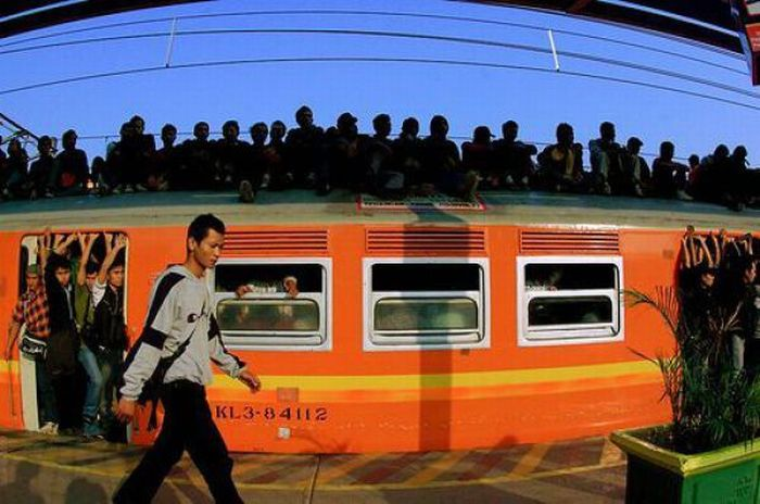 crowded_trains_in_jakarta_16