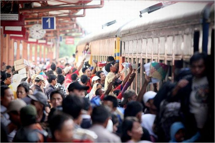 crowded_trains_in_jakarta_19