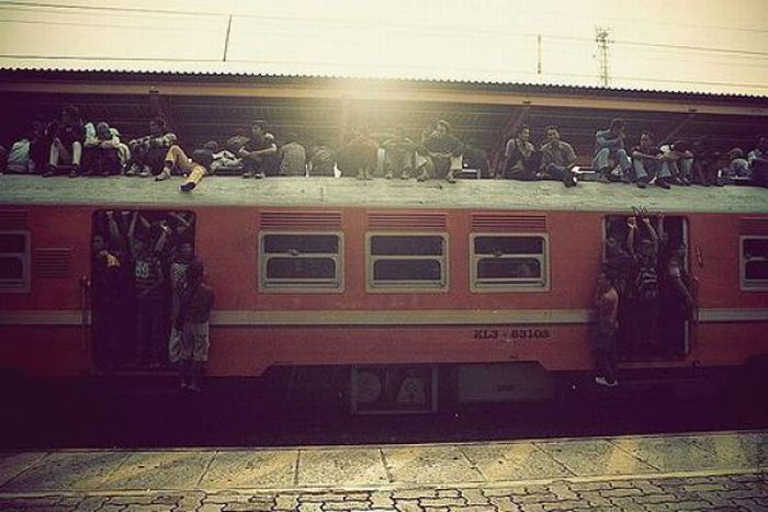 crowded_trains_in_jakarta_20