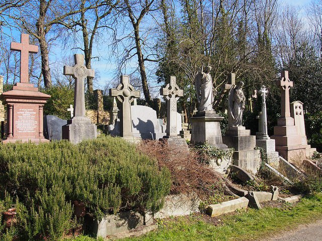 The-cemetery-is-located-on-both-sides-of-Swains-Lane-in-Highgate-N6-next-to-Waterlow-Park.-Photo-Credit-640x480