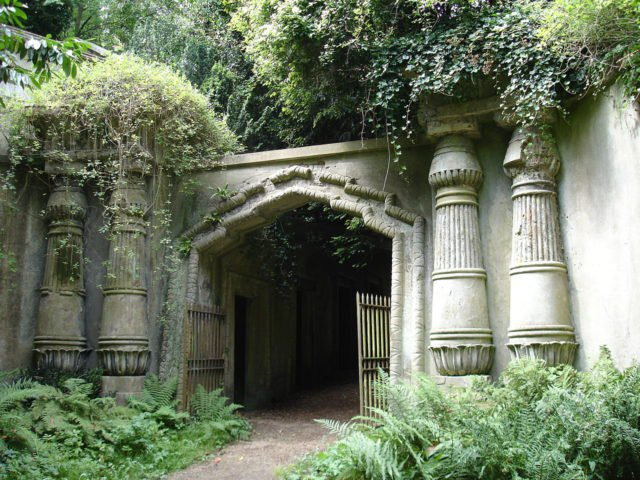 The-entrance-to-the-Egyptian-Avenue-at-Highgate-Cemetary.-Photo-Credit-640x480