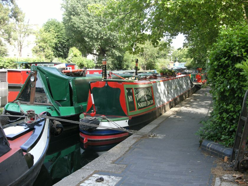 Narrowboats_in_Little_Venice,_London_(2)